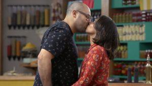 casal granjeiro se beijando