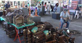feira com vários obras de artistas e artesãos de embu das artes