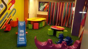 interior do clubinho granja vianna, com vários brinquedos