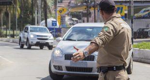 agente de trânsito orienta motorista