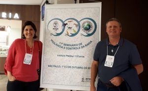 Chefe de Saúde, Daniela Groke, e chefe de Zoonoses Alexandre Silveira posam para foto ao lado de faixa do evento