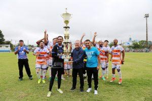 equipe do Dynamica posa com troféu