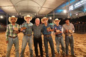 prefeito e vaqueiros posam para foto na Agrofest 2018