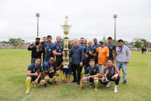 equipe do La Maquina posa com troféu