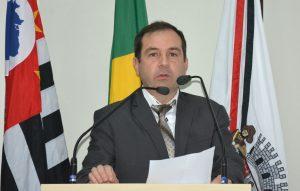 Alexandre Pierroni discursa na tribuna da câmara de são roque
