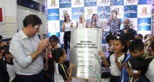 prefeito e crianças descortinam placa inaugural da escola Nai Molina