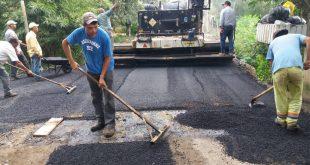 homens e máquinas trabalhando na Estrada da Reciclagem