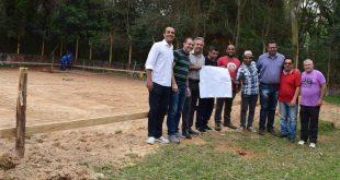 Prefeito, vereadores Marquinho Arruda e Cabo Jean, representantes do Esporte e Planejamento posam com skatistas