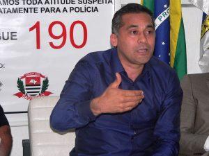 Almir Rodrigues fala com a população no Conseg