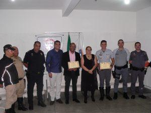 um agente de trânsito, Manoel, Junior, Almir, Adilson, Goreti, Franco, Pontes e Fernandes posam com homenagens