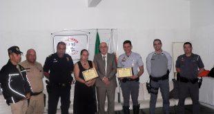 um agente de trânsito, Manoel, Junior, Goreti, Marcos, Franco, Pontes e Fernandes posam com homenagens