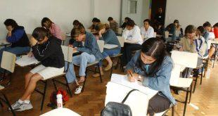 estudantes numa sala de aula prestando um exame de ENEM