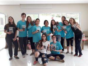 jovens participantes do projeto posam para foto