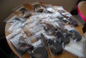 mechas de cabelos separadas em pequenos sacos plásticos