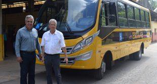Prefeito Claudio Góes e o diretor do Departamento de Educação, José Weber posam para foto diante do novo ônibus escolar