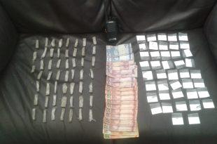drogas e dinheiro dispostos sobre uma mesa