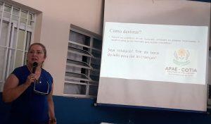 Angela Serrano palestrando na APAE Cotia