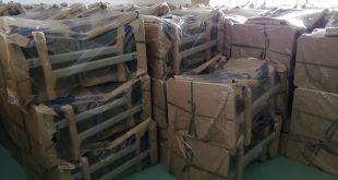 vários pacotes de carteiras novas estocados em uma sala