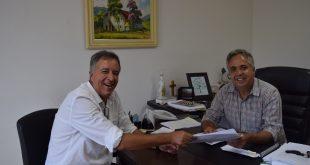 Niltinho Bastos e Claudio Góes posam para foto durante reunião