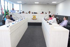vereadores e autoridades reunidos no novo plenário da câmara de carapicuíba
