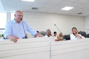 Presidente Ronaldo Souza discursando na tribuna do novo plenário da câmara de carapicuíba