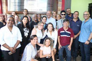 Presidente Ronaldo Souza posando para foto com servidores da câmara de carapicuíba
