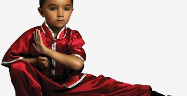 uma criança em posição de kung fu ante um fundo branco