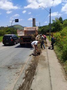Limpeza Avenida Prefeito Doutor Bernardino de Lucca sendo limpa
