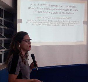 Luciana Gibulo palestrando na APAE Cotia
