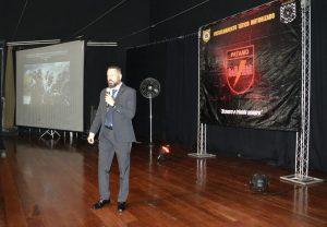 palestrante no palco