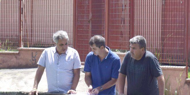 O prefeito Claudio Góes, o vereador Toco e o Diretor do Departamento de Planejamento, Claudinei Rosa observam a obra