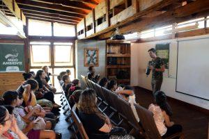 palestrante falando a crianças sobre meio ambiente