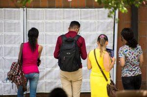 candidatos conferindo listas de aprovados em uma Fatec