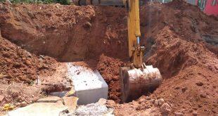 retroescavadeira trabalhando em grande buraco