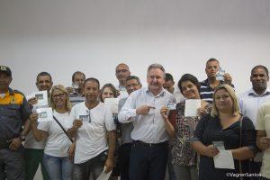 secretário de trânsito e transportes Joaquim Brechó posa com motoristas do transporte escolar com alvarás em mãos