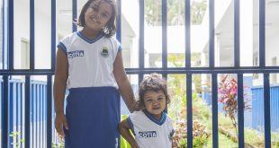 duas alunas de cotia posam para foto com os novos uniformes