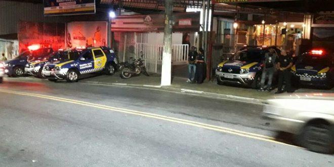guarda civil de carapicuíba em atendimento a ocorrência em via à noite