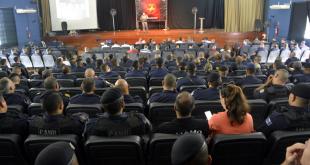 público acompanhando palestra em auditório
