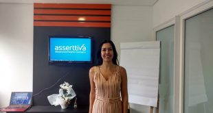 paula miranda da Asserttiva posa para foto na sede da empresa