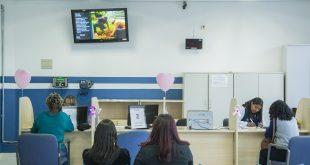 uma sala de espera de uma unidade de saúde de cotia