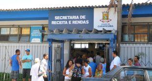 fachada da secretaria de receitas e rendas de carapicuíba, com uma longa fila na porta