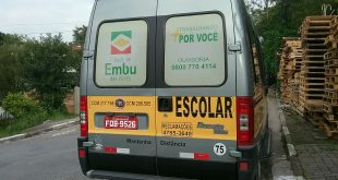 Vista traseira de uma van escolar de Embu das Artes