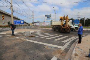 prefeito josué ramos observa o novo acesso recém inaugurado