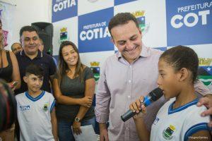 criança discursa com o prefeito rogério franco e a primeira dama mara franco ao lado