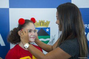 primeira dama mara franco coloca óculos em criança