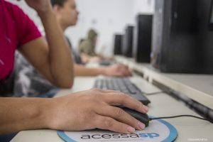 pessoas usando computadores do acessa sp