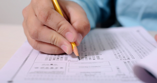 um teste sendo preenchido por uma mão segurando um lápis