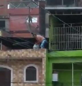 homem jogando lixo na rua a partir de sua sacada