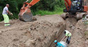 máquinas e homens trabalhando em obras na estrada das pitas