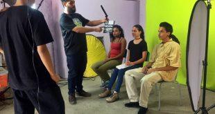 alunos de cotia preparam gravação de imagens com três pessoas sentadas em frente à câmera